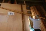 Master carpenter Amakasu Eiichirō during the tea house design stage, Photo by: Itsuka Yakumo.