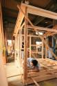 Tea house carpenter Okino Shōta constructing the framework, Photo by: Itsuka Yakumo.