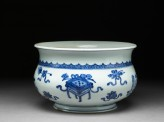 Blue-and-white jardiniere in the form of an incense bowl (oblique)