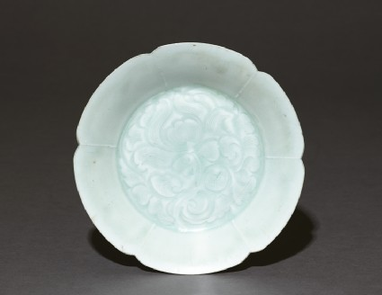 White ware dish with floral decorationtop