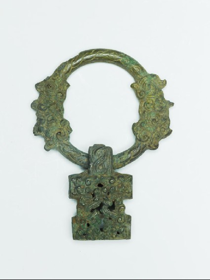 Ring handle with geometric designdetail
