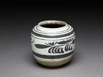 Cizhou type jar with floral decorationoblique