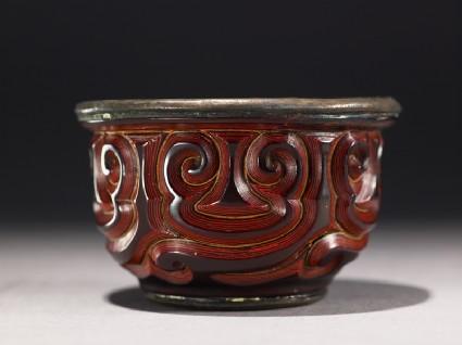 Cup with guri scrolling designside