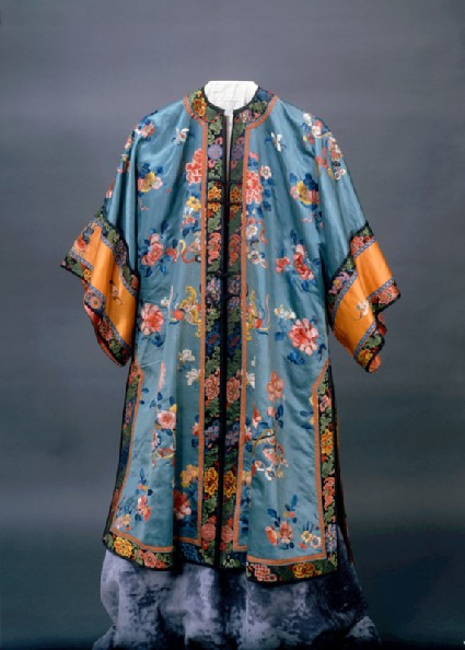 Robe with flowersfront