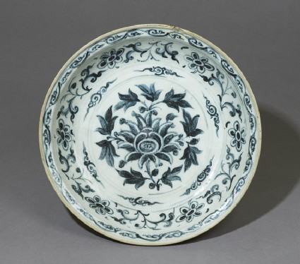 Blue-and-white dish with floral decorationtop