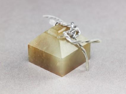 Jade seal with pyramidal topoblique