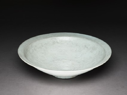 Dish with floral decorationoblique