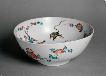 Bowl with central design of a dragon chasing a fiery pearloblique