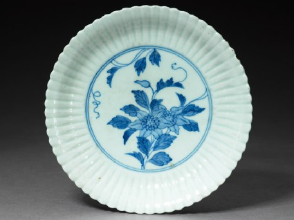Fluted plate with flower spraytop
