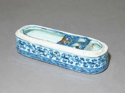 Blue-and-white pen box with foliage and scrollsoblique, base only