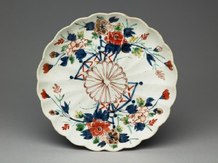 Fluted saucer dish with floral decorationtop