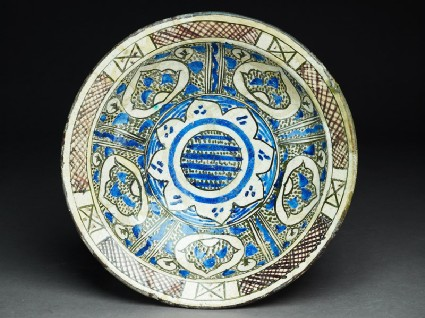 Bowl with vegetal decorationtop