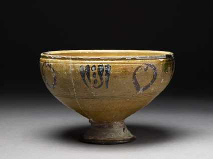 Footed bowl with vegetal decorationoblique