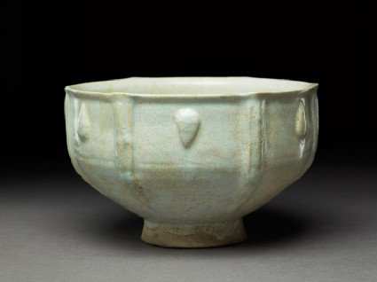 Bowl with moulded decorationoblique
