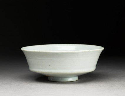 Dish with floral decorationoblique