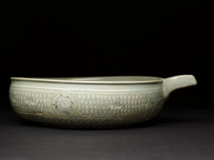 Bowl with flying birds and a seascapeside