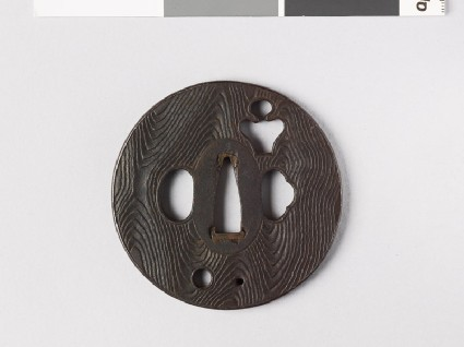 Round tsuba with wood grain decorationfront