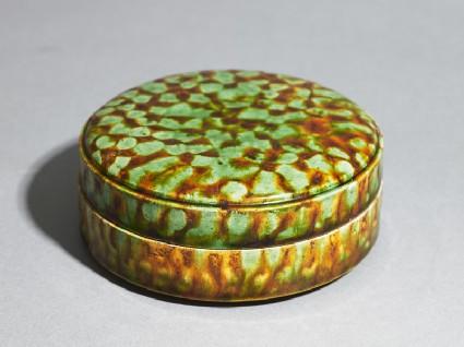 Circular box with coveroblique