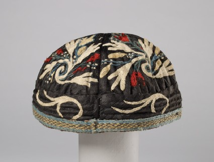 Cap with leaves and flowersfront