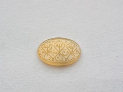 Oval bezel amulet with naskhi inscription and medallion decorationfront