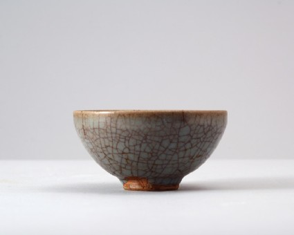 Cup with blue crackled glazefront