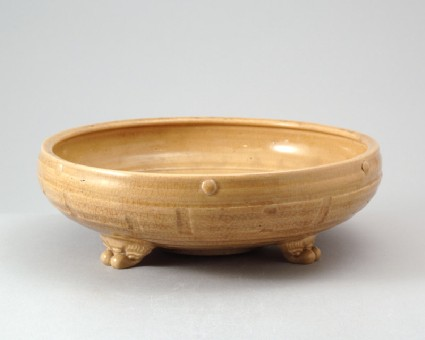 Greenware narcissus bowl with the Eight Trigrams and taotie mask feetfront