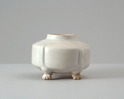 White ware jar with four animal pawsfront
