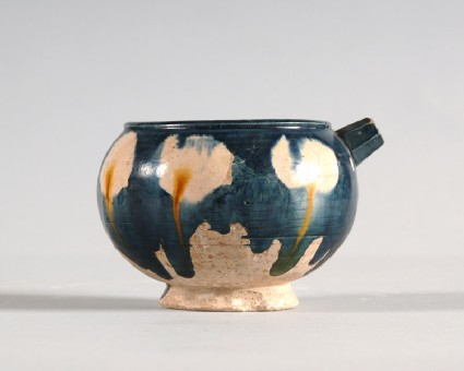 Jar with octagonal spoutfront